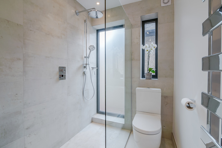 Case Study: Isleworth, TW7 現代浴室設計點子、靈感&圖片 根據 BathroomsByDesign Retail Ltd 現代風