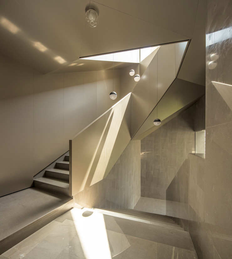 di AGi architects arquitectos y diseñadores en Madrid Moderno Alluminio / Zinco