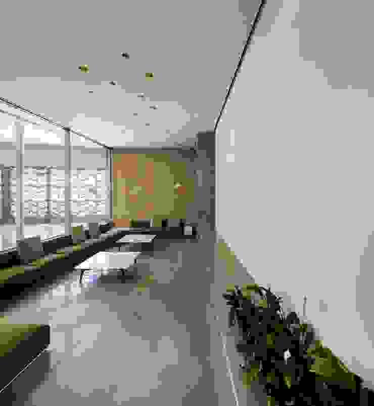 Soggiorno moderno di AGi architects arquitectos y diseñadores en Madrid Moderno