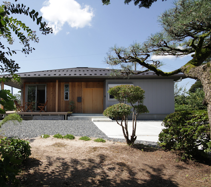 Colonial style house by 塚野建築設計事務所 Colonial Wood Wood effect