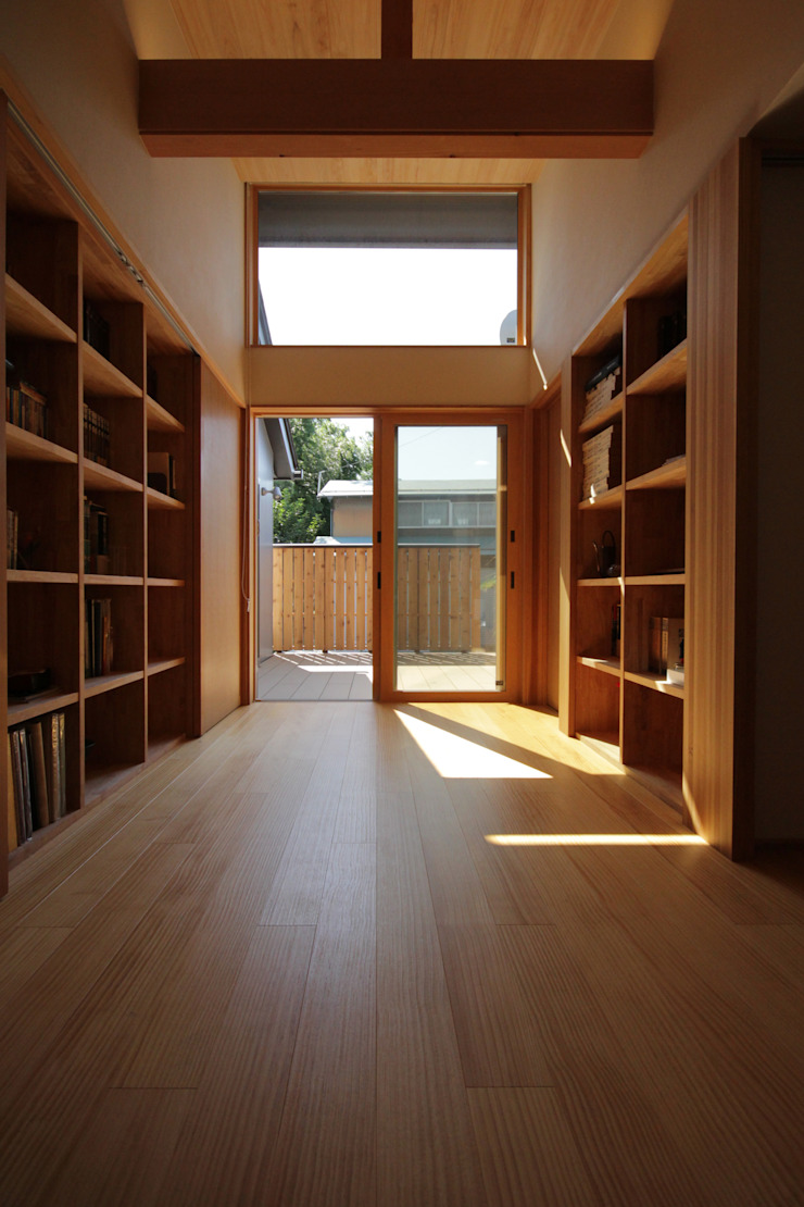 Colonial style corridor, hallway& stairs by 塚野建築設計事務所 Colonial Wood Wood effect