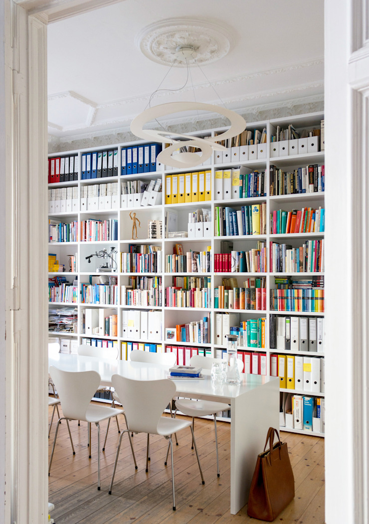 GANTZ - Regale und Einbauschränke nach Maß Oficinas de estilo minimalista Derivados de madera Blanco