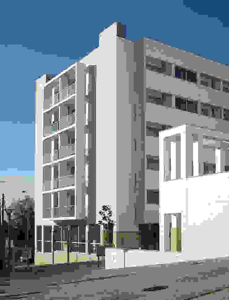 Edifícios de apartamentos e lojas - Vista do arruamento por José Melo Ferreira, Arquitecto Moderno Betão