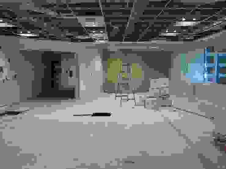 Bureau moderne par Arq. SILVA RAFAEL C. & ASOC. Moderne