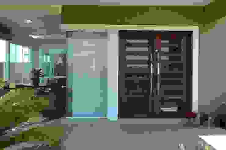 Puertas principales de estilo  por Maciel e Maira Arquitetos,