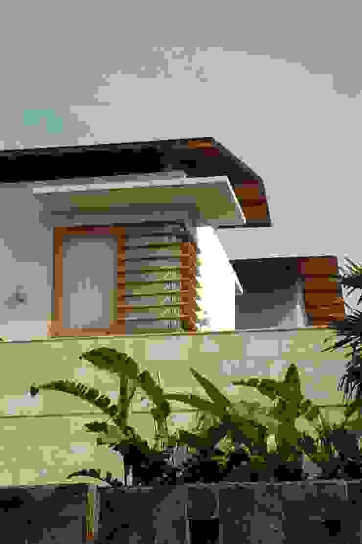 Residential_Landed_Semi-Detached House Rumah Tropis Oleh daksaja architects and planners Tropis Kayu Wood effect
