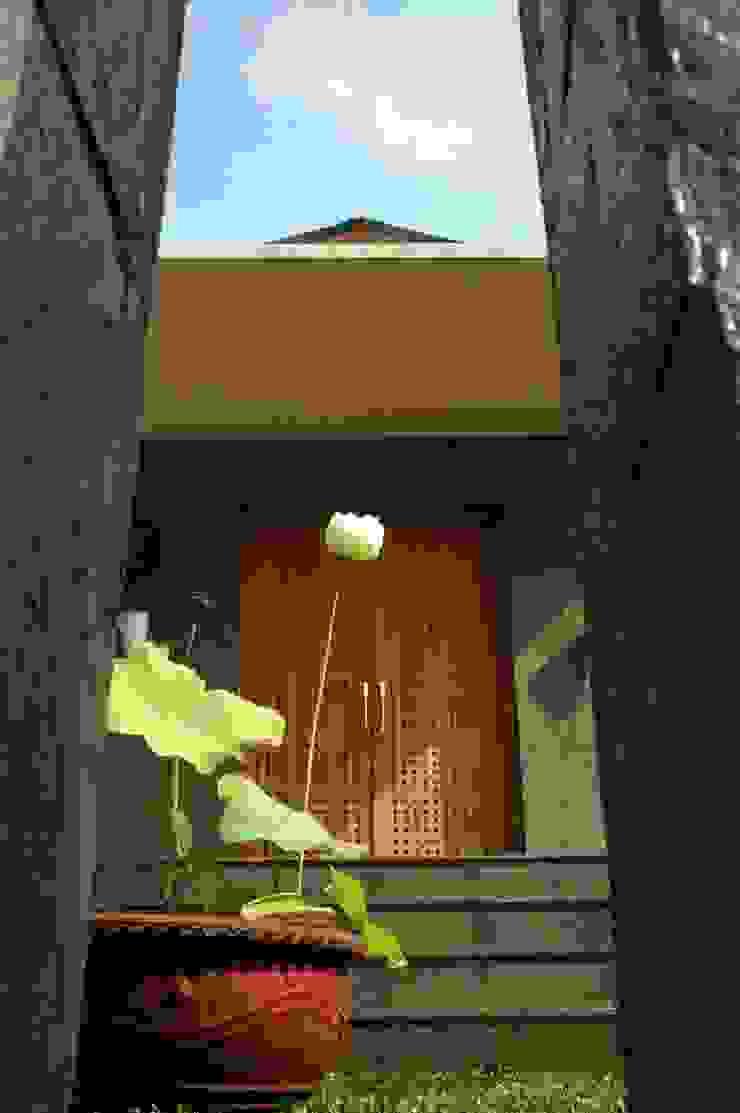 Residential_Landed_Semi-Detached House Rumah Tropis Oleh daksaja architects and planners Tropis