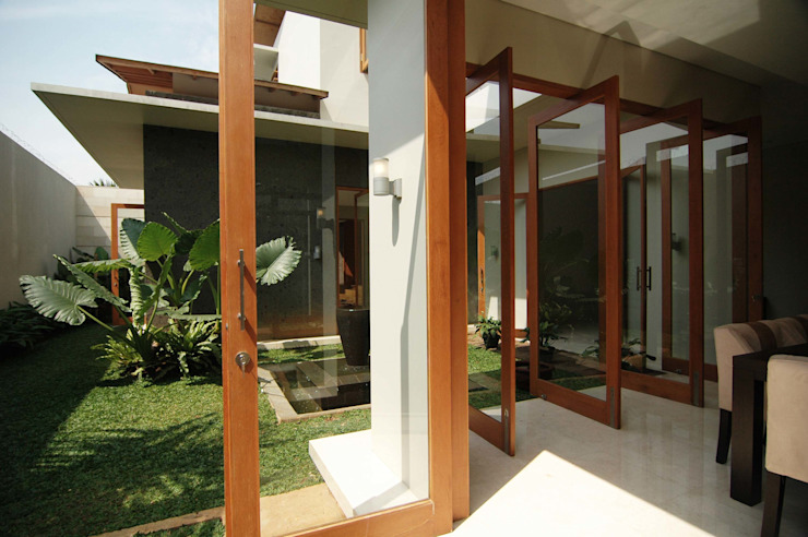 Residential_Landed_Semi-Detached House Pintu & Jendela Tropis Oleh daksaja architects and planners Tropis