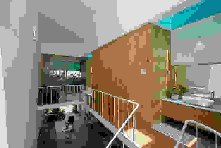 LESS house Hành lang, sảnh & cầu thang phong cách hiện đại bởi workshop.ha Hiện đại