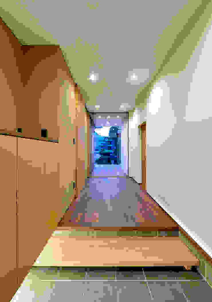 現代風玄關、走廊與階梯 根據 (有)中尾英己建築設計事務所 現代風