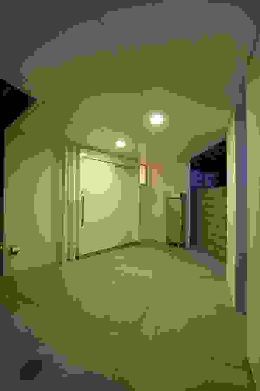 (有)中尾英己建築設計事務所 Dinding & Lantai Modern