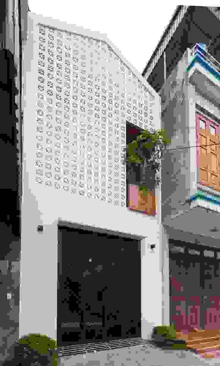 Mặt tiền ngôi nhà ấn tượng với gạch thông gió. bởi Công ty TNHH TK XD Song Phát Châu Á Đồng / Đồng / Đồng thau