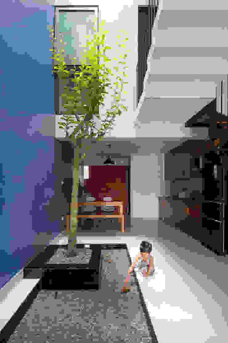 Đây cũng là góc vui thoải mái dành cho bé. Hành lang, sảnh & cầu thang phong cách châu Á bởi Công ty TNHH TK XD Song Phát Châu Á Đồng / Đồng / Đồng thau