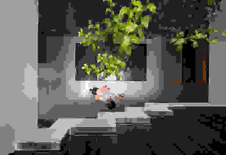 Từ các tầng trên, gia chủ vẫn có thể quan sát không gian bên dưới. bởi Công ty TNHH TK XD Song Phát Châu Á Đồng / Đồng / Đồng thau