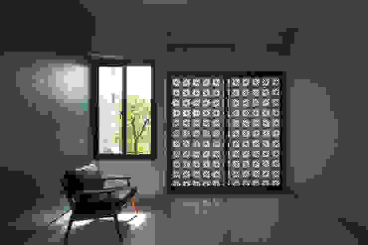 Chi phí xây dựng không quá cao, nhưng sự khéo léo đã mang đến không gian hiện đại. Phòng ngủ phong cách châu Á bởi Công ty TNHH TK XD Song Phát Châu Á Đồng / Đồng / Đồng thau
