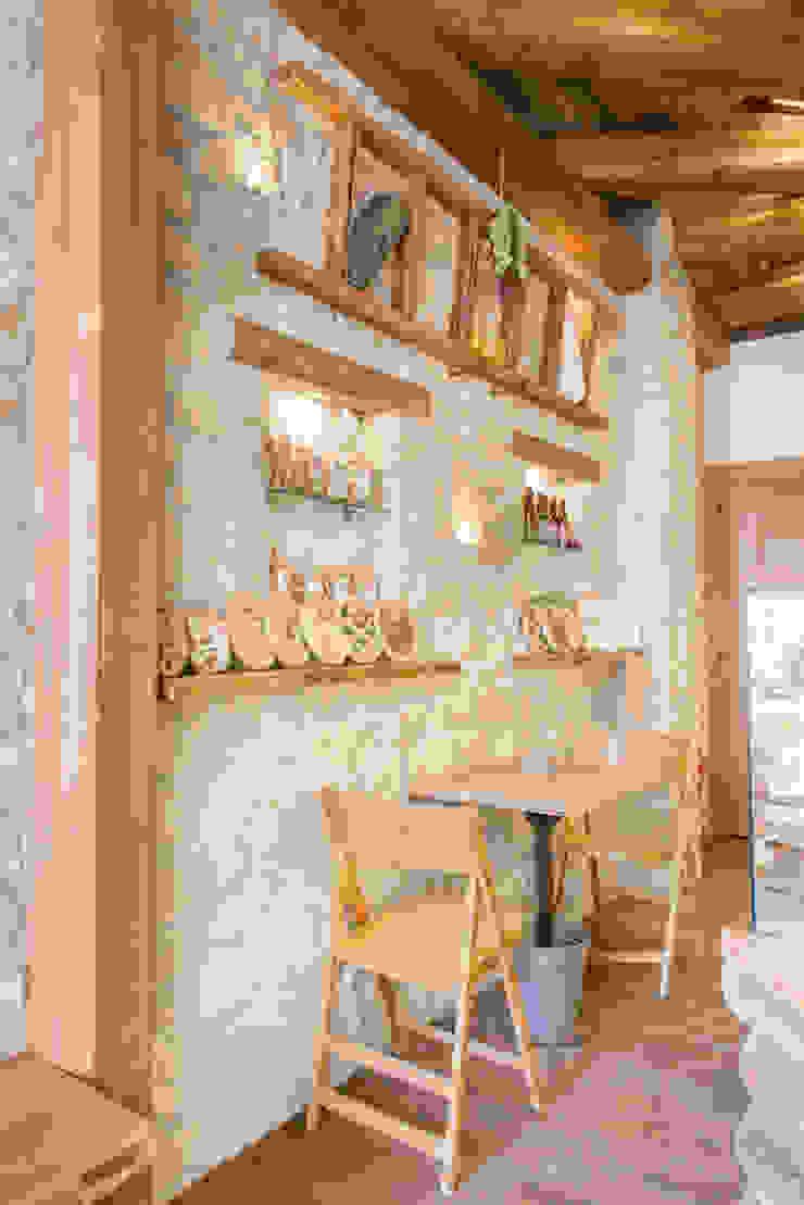 Le pareti Fab Arredamenti su Misura Negozi & Locali Commerciali Pietra