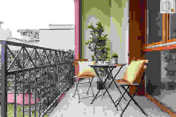 Charming Home Balkon, Beranda & Teras Modern