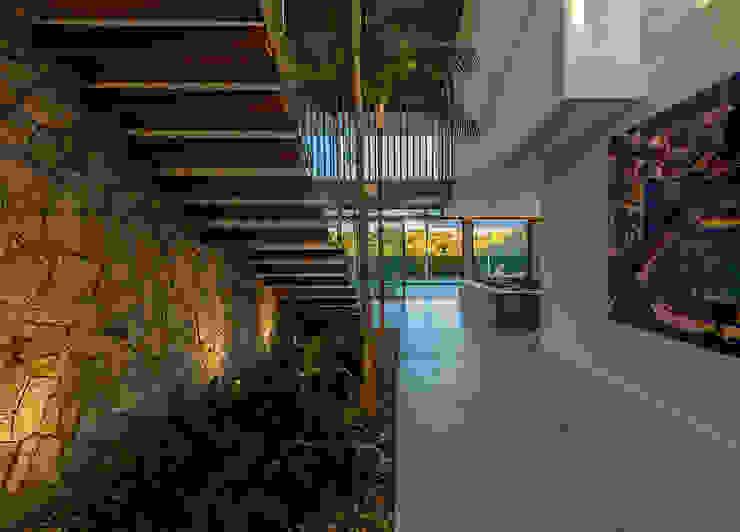 Modern corridor, hallway & stairs by Ruschel Arquitetura e Urbanismo Modern Stone