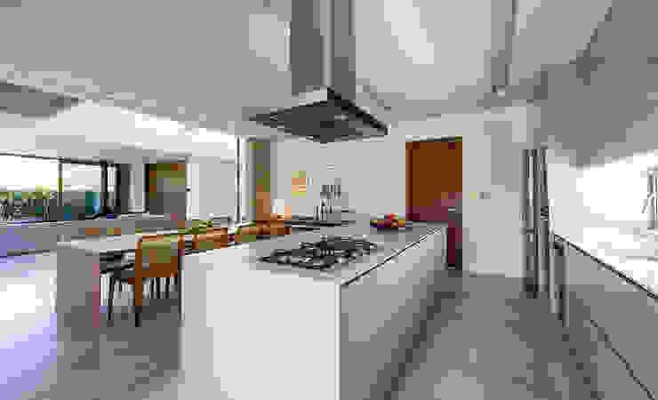 Ruschel Arquitetura: Fluidez e visão espacial Cozinhas modernas por Ruschel Arquitetura e Urbanismo Moderno Madeira Efeito de madeira