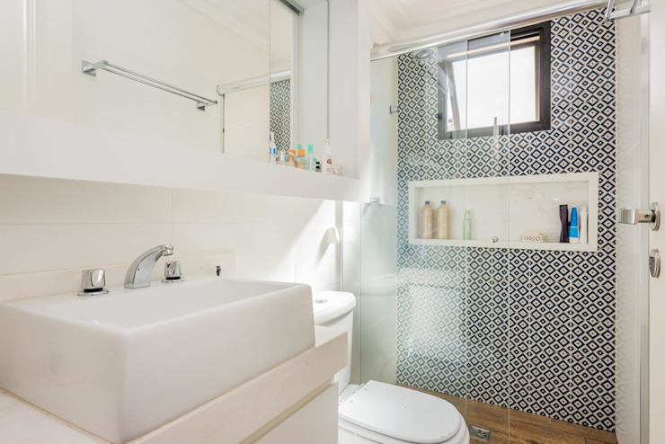Modern bathroom by okna arquitetura Modern Tiles