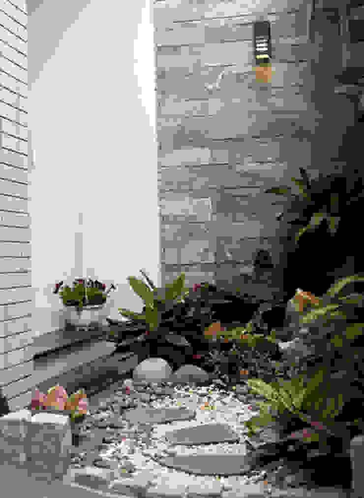 Một góc vườn nhỏ phía sân trước nhà. bởi Công ty TNHH Xây Dựng TM – DV Song Phát Hiện đại