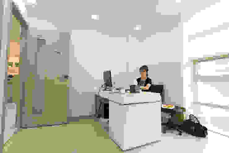 병원 진료실 모던 스타일 병원 by DECORIAN 모던