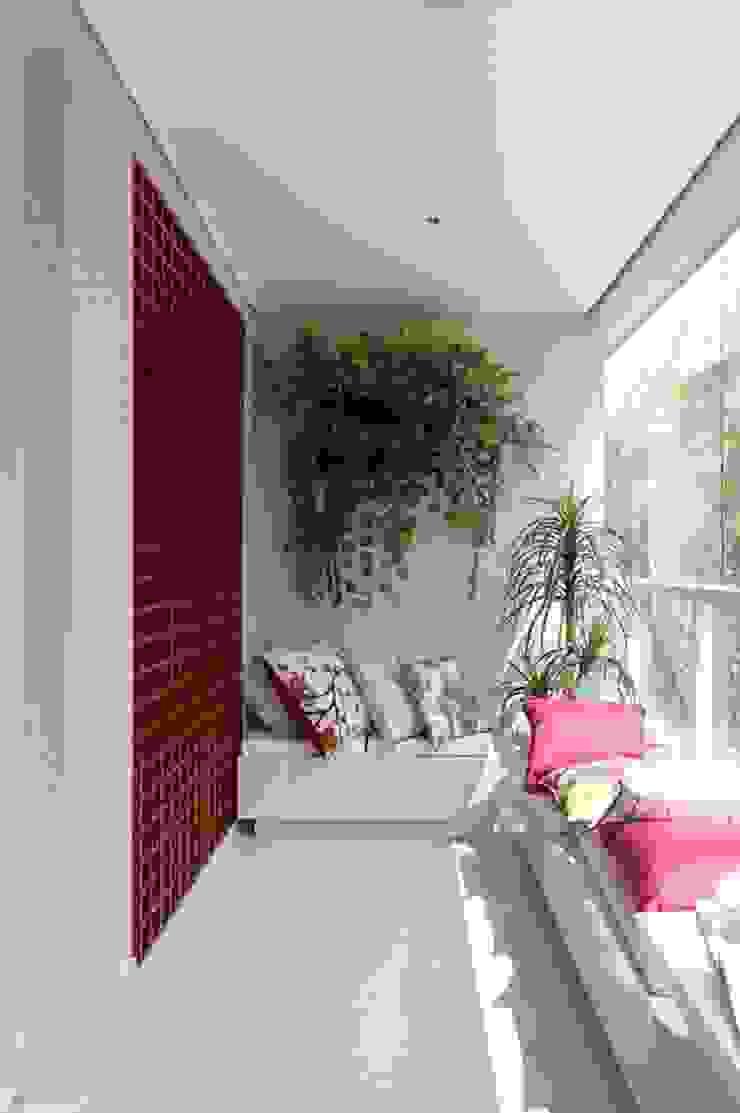 Kết hợp bộ ghế sofa dài sẽ mang đến không gian tiếp khách đầy lý tưởng. Hiên, sân thượng phong cách châu Á bởi Công ty TNHH TK XD Song Phát Châu Á Đồng / Đồng / Đồng thau