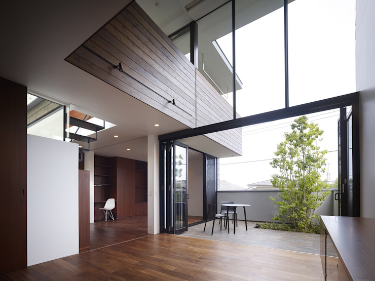 AY 庭とパティオのある家 モダンデザインの リビング の 山縣洋建築設計事務所 モダン