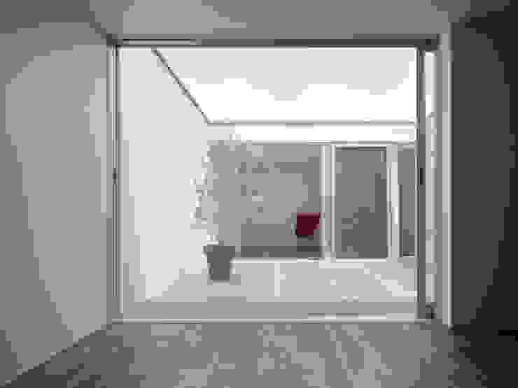 AY 庭とパティオのある家 モダンデザインの テラス の 山縣洋建築設計事務所 モダン