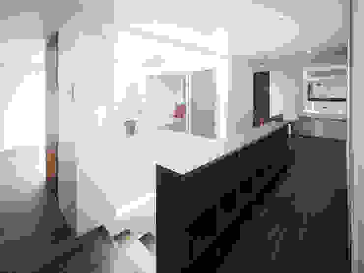 AY 庭とパティオのある家 モダンスタイルの 玄関&廊下&階段 の 山縣洋建築設計事務所 モダン