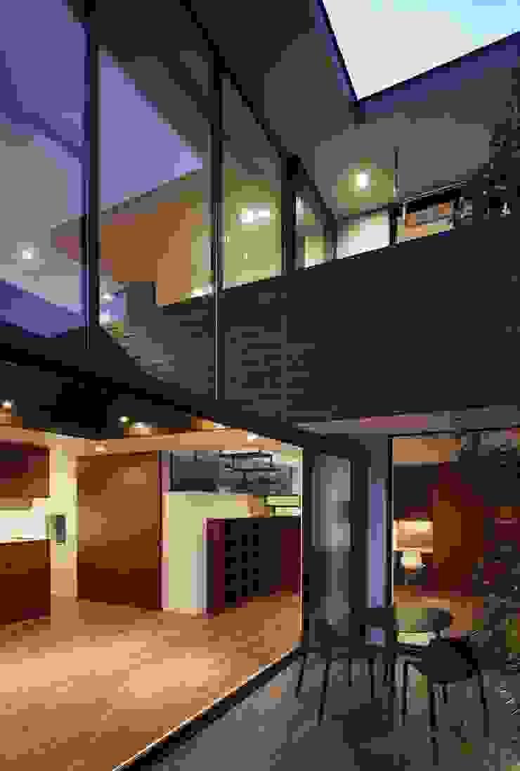 AY 庭とパティオのある家 の 山縣洋建築設計事務所 モダン