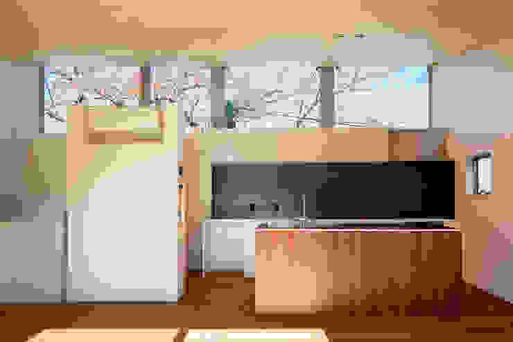 桜並木と暮らす家 ミニマルデザインの キッチン の 設計事務所アーキプレイス ミニマル 木 木目調