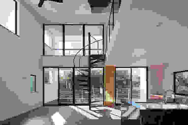 緑と眺望を楽しむ長屋建て住宅 モダンデザインの リビング の 設計事務所アーキプレイス モダン