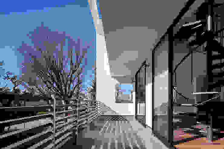 緑と眺望を楽しむ長屋建て住宅 モダンデザインの テラス の 設計事務所アーキプレイス モダン