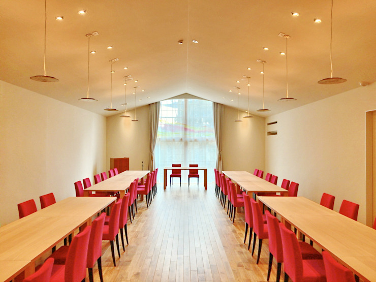 Lieux d'événements modernes par Mimasis Design/ミメイシス デザイン Moderne Bois Effet bois