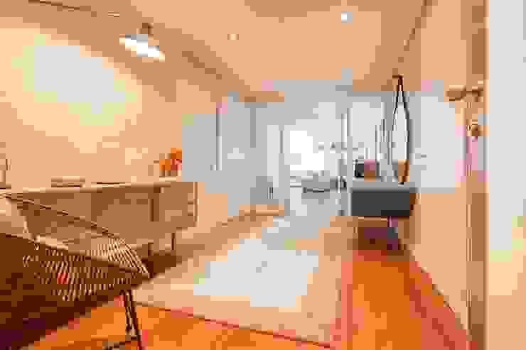 Pasillos, vestíbulos y escaleras de estilo escandinavo de SHI Studio, Sheila Moura Azevedo Interior Design Escandinavo