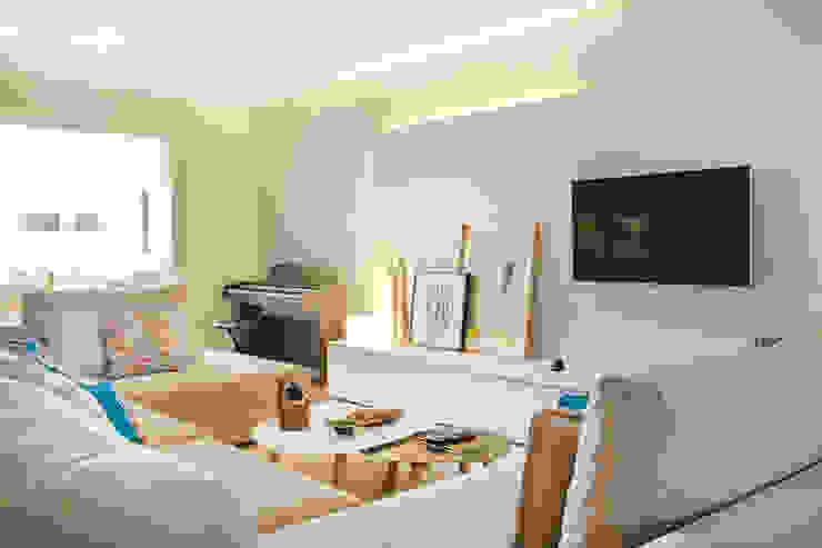 Living room by SHI Studio, Sheila Moura Azevedo Interior Design,