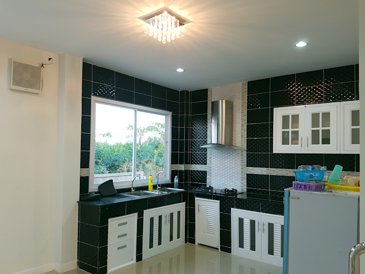บ้านเดี่ยวสองชั้น ออกแบบและเลือกวัสดุตามใจลูกค้า โดย บริษัท ซายแอค คอนทรัคชั่น จำกัด โคโลเนียล
