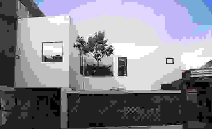 Ngôi nhà phố này có mặt đứng hướng chính Tây, nằm ở khu vực sầm uất đông dân cư. bởi Công ty TNHH TK XD Song Phát Châu Á Đồng / Đồng / Đồng thau