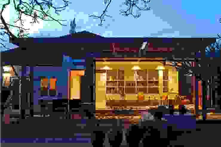 Case moderne di The Matrix Urban Designers and Architects Moderno