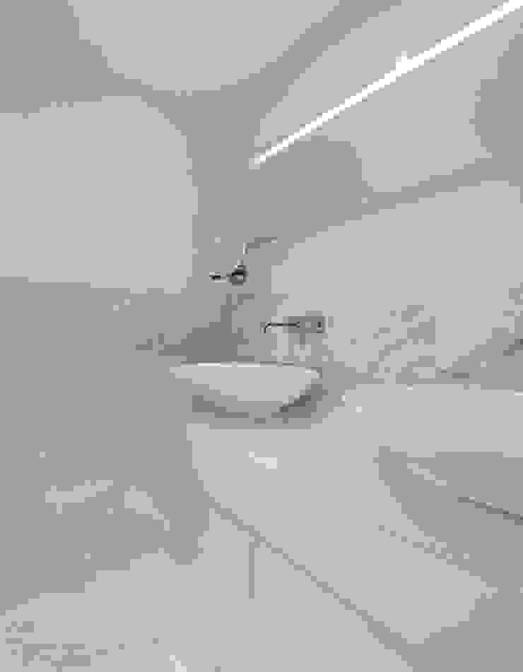 Hotel Inspired Bathroom Baños de estilo moderno de DeVal Bathrooms Moderno