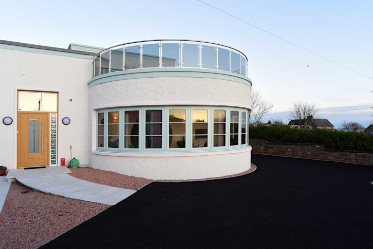 Curved Dayroom with glazed balcony overlooking the sea Casas eclécticas de Roundhouse Architecture Ltd Ecléctico Vidrio