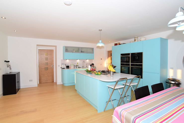 Kitchen and Dining Roundhouse Architecture Ltd Built-in kitchens Wood Turquoise