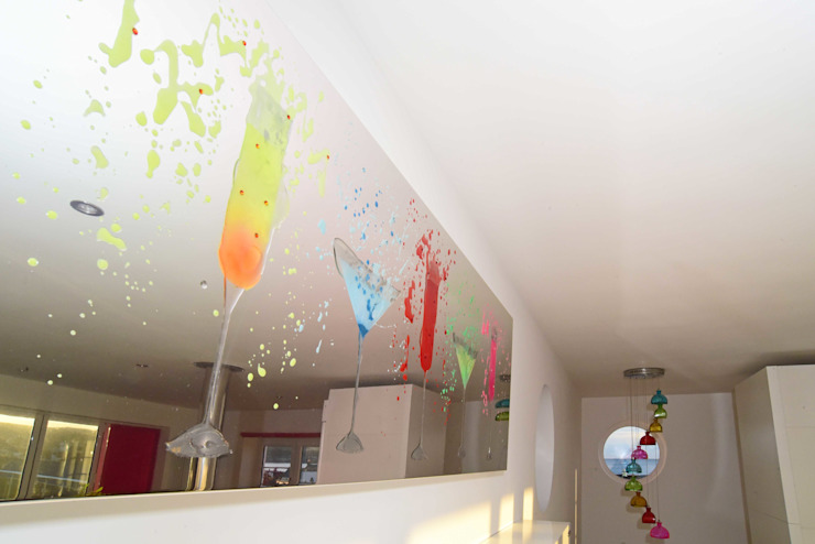 Home bar mirror feature Salones eclécticos de Roundhouse Architecture Ltd Ecléctico Vidrio