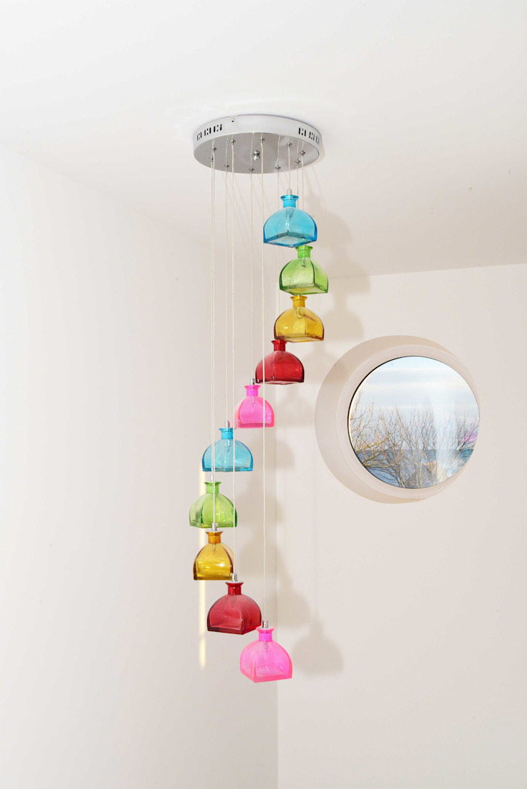 Porthole window and colourful light fitting over curved stairwell. Salones eclécticos de Roundhouse Architecture Ltd Ecléctico Vidrio