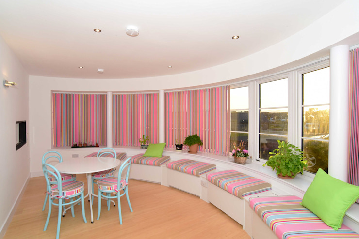 The curved Dayroom with matching cushions and blinds in the seaside theme. de Roundhouse Architecture Ltd Ecléctico Pizarra