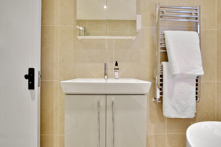 Case Study: Isleworth, Middlesex Modern bathroom by BathroomsByDesign Retail Ltd Modern