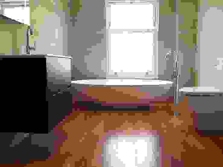Luxury Bathroom:  Bathroom by DeVal Bathrooms, Modern