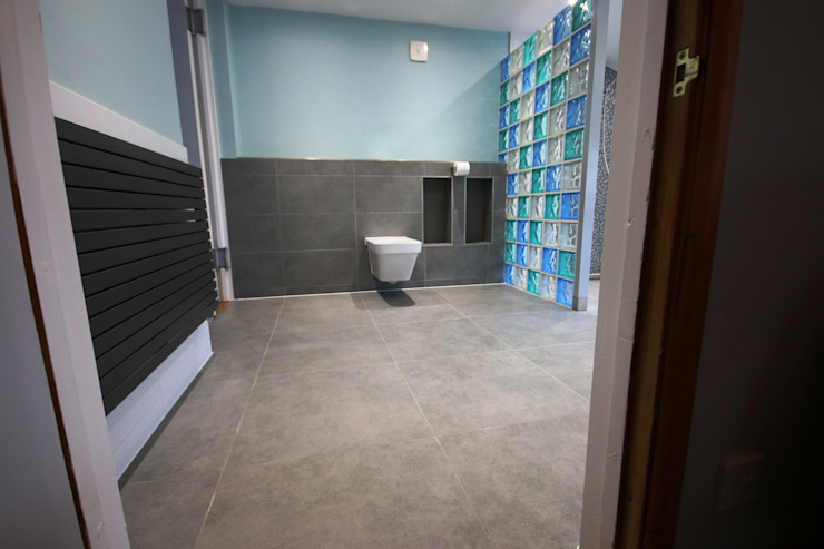 Modern Accessible Wetroom by DeVal Bathrooms Сучасний