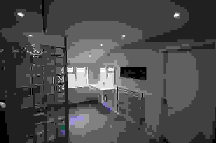Modern Accessible Wetroom 現代浴室設計點子、靈感&圖片 根據 DeVal Bathrooms 現代風